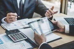 Δύο εκτελεστικές οικονομικές στατιστικές επιτυχίας προγράμματος αύξησης επιχείρησης συζήτησης, συνεργάτης που συναντούν την επαγγ στοκ εικόνες