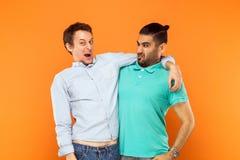 Δύο εκφραστικός κωμικός, αγκαλιάζοντας και μορφάζοντας στη κάμερα στοκ εικόνες με δικαίωμα ελεύθερης χρήσης