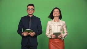 Δύο εκφωνητές που παίρνουν προετοιμασμένοι για την καταγραφή φιλμ μικρού μήκους