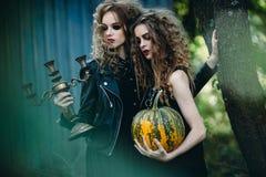 Δύο εκλεκτής ποιότητας γυναίκες ως μάγισσες Στοκ Φωτογραφία