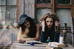 Δύο εκλεκτής ποιότητας μάγισσες εκτελούν το μαγικό τελετουργικό Στοκ Εικόνες