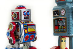 Δύο εκλεκτής ποιότητας ρομπότ παιχνιδιών κασσίτερου που απομονώνονται στο άσπρο υπόβαθρο Στοκ εικόνα με δικαίωμα ελεύθερης χρήσης