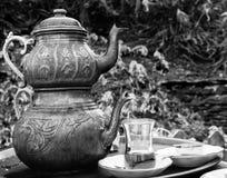 Δύο εκλεκτής ποιότητας τουρκικά teapots με το φλυτζάνι γυαλιού, σε γραπτό Στοκ φωτογραφία με δικαίωμα ελεύθερης χρήσης