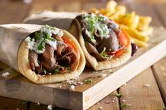 Δύο ελληνικά γυροσκόπια με το ξυρισμένες αρνί και τις τηγανιτές πατάτες στοκ φωτογραφία με δικαίωμα ελεύθερης χρήσης