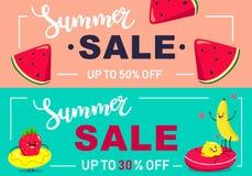 Δύο εμβλήματα θερινής πώλησης με τις ζωηρόχρωμες φέτες καρπουζιών και χαρακτήρες φρούτων o ελεύθερη απεικόνιση δικαιώματος