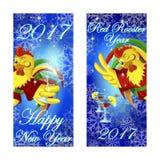 Δύο εμβλήματα που χαιρετούν το νέο έτος Ο κλείνοντας το μάτι κόκκορας στο κόκκινο κιμονό κρατά ένα γυαλί Στοκ φωτογραφία με δικαίωμα ελεύθερης χρήσης