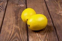 Δύο λεμόνια σε ένα ξύλινο υπόβαθρο Στοκ Φωτογραφίες