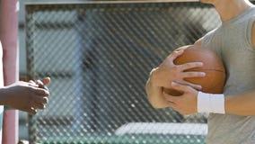 Δύο ενεργητικά άτομα που συζητούν τη στρατηγική και τους κανόνες παιχνιδιών καλαθοσφαίρισης στην κατάρτιση φιλμ μικρού μήκους