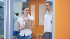 Δύο επαγγελματίες συζητούν κάτι περπατώντας από κοινού απόθεμα βίντεο