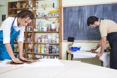 Δύο επαγγελματικοί κατασκευαστές αργίλου κατά τη διάρκεια μιας διαδικασίας της προετοιμασίας αργίλου στους πίνακες στο εργαστήριο στοκ εικόνα με δικαίωμα ελεύθερης χρήσης