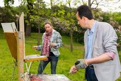 Δύο επαγγελματικοί ζωγράφοι που εργάζονται υπαίθρια Στοκ Φωτογραφία