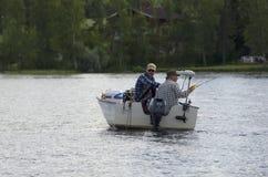 Δύο επανδρώνουν σε μια βάρκα την αλιεία Στοκ Φωτογραφίες
