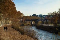 Δύο επανδρώνουν το περπάτημα κατά μήκος του Tiber στη Ρώμη Στοκ φωτογραφία με δικαίωμα ελεύθερης χρήσης