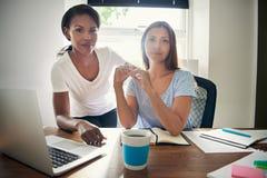 Δύο επιτυχείς βέβαιοι θηλυκοί επιχειρηματίες Στοκ Φωτογραφίες
