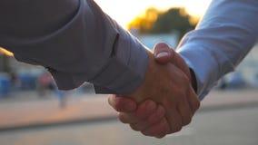 Δύο επιτυχείς επιχειρηματίες που χαιρετούν ο ένας τον άλλον στα πλαίσια της στάθμευσης αυτοκινήτων Νέα συνάντηση συναδέλφων και απόθεμα βίντεο