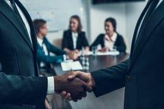 Δύο επιτυχείς πολυ εθνικοί επιχειρηματίες κάνουν να εξετάσουν τη σταθερή χειραψία Στοκ Εικόνα
