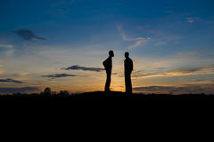 Δύο επιχειρηματίες διαπραγματεύονται την επιχείρηση στο ηλιοβασίλεμα Στοκ εικόνα με δικαίωμα ελεύθερης χρήσης