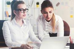 Δύο επιχειρηματίες κοντά σε ένα lap-top Στοκ Φωτογραφία