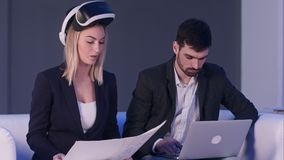 Δύο επιχειρηματίες με την κάσκα και το lap-top VR που συζητούν το κατασκευαστικό πρόγραμμα Στοκ εικόνες με δικαίωμα ελεύθερης χρήσης