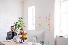 Δύο επιχειρηματίες με το lap-top στο γραφείο Στοκ Εικόνες