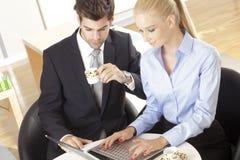 Δύο επιχειρηματίες με το lap-top Στοκ φωτογραφία με δικαίωμα ελεύθερης χρήσης