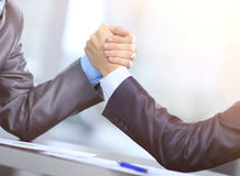 Δύο επιχειρηματίες πιέζουν τα χέρια ο ένας με τον άλλον στο πρώτο πλάνο Πάλη μεταξύ των επιχειρηματιών Στοκ εικόνες με δικαίωμα ελεύθερης χρήσης