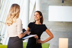 Δύο επιχειρηματίες που διοργανώνουν την άτυπη συνεδρίαση στο σύγχρονο γραφείο Στοκ φωτογραφίες με δικαίωμα ελεύθερης χρήσης