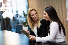 Δύο επιχειρηματίες που διοργανώνουν τη συζήτηση στη αίθουσα συνδιαλέξεων Στοκ φωτογραφίες με δικαίωμα ελεύθερης χρήσης