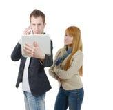 Δύο επιχειρηματίες που εργάζονται μαζί με ένα lap-top και ένα τηλέφωνο, ο Στοκ Εικόνα