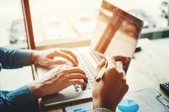 Δύο επιχειρηματίες που εργάζονται μαζί στη συνεδρίαση των lap-top με την τεχνολογία Στοκ Εικόνα