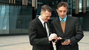 Δύο επιχειρηματίες που η συζήτηση φιλμ μικρού μήκους