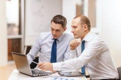 Δύο επιχειρηματίες που διοργανώνουν τη συζήτηση στην αρχή Στοκ φωτογραφία με δικαίωμα ελεύθερης χρήσης
