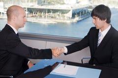 Δύο επιχειρηματίες που κάνουν μια διαπραγμάτευση Στοκ φωτογραφία με δικαίωμα ελεύθερης χρήσης