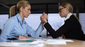 Δύο επιχειρηματίες που κάνουν την πάλη βραχιόνων στην αρχή, έννοια του ανταγωνισμού στην εργασία φιλμ μικρού μήκους