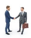 Δύο επιχειρηματίες που κάνουν τη συμφωνία, οι συνάδελφοί τους που στέκεται πλησίον Στοκ Εικόνα