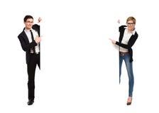 Δύο επιχειρηματίες που κρατούν το μεγάλο έμβλημα Στοκ Εικόνες