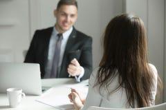 Δύο επιχειρηματίες που μιλούν στο γραφείο γραφείων στοκ φωτογραφία