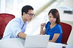 Δύο επιχειρηματίες που μιλούν στο γραφείο στοκ εικόνες με δικαίωμα ελεύθερης χρήσης