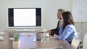 Δύο επιχειρηματίες που περιμένουν στη αίθουσα συνδιαλέξεων απόθεμα βίντεο