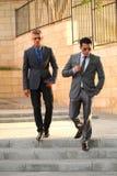 Δύο επιχειρηματίες που περπατούν κάτω από τα κοντινά σκαλοπάτια, Sunglass Στοκ Εικόνα
