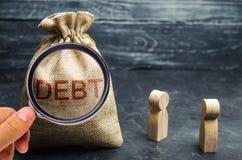 Δύο επιχειρηματίες που συζητούν το χρέος σε μια επιχείρηση Οικονομική έννοια χρέους Επιχείρηση που εξασφαλίζονται και ακάλυπτο χρ στοκ φωτογραφία