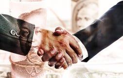 Δύο επιχειρηματίες που τινάζουν τα χέρια μετά από τις επιτυχείς διαπραγματεύσεις Η έννοια του εμπορίου και των οικονομικών σχέσεω στοκ εικόνα με δικαίωμα ελεύθερης χρήσης
