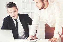 Δύο επιχειρηματίες σε έναν πίνακα, γραφείο Στοκ Φωτογραφία