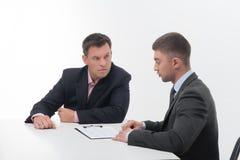 Δύο επιχειρηματίες στα κομψά κοστούμια, προϊστάμενος και Στοκ φωτογραφίες με δικαίωμα ελεύθερης χρήσης
