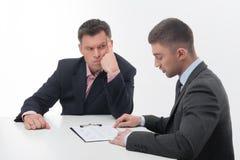 Δύο επιχειρηματίες στα κομψά κοστούμια, προϊστάμενος και Στοκ εικόνες με δικαίωμα ελεύθερης χρήσης
