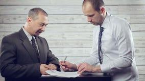 Δύο επιχειρηματίες υπογράφουν μια σύμβαση απόθεμα βίντεο