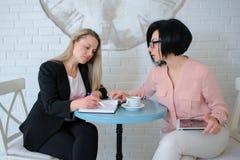 Δύο επιχειρησιακές γυναίκες διοργανώνουν μια συνεδρίαση Στοκ εικόνες με δικαίωμα ελεύθερης χρήσης