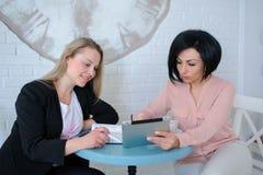 Δύο επιχειρησιακές γυναίκες διοργανώνουν μια συνεδρίαση Στοκ εικόνα με δικαίωμα ελεύθερης χρήσης