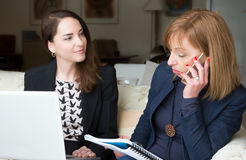 Δύο επιχειρησιακές γυναίκες που απασχολούνται στο σπίτι στο γραφείο στοκ εικόνες