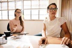 Δύο επιχειρησιακές γυναίκες που εργάζονται μαζί στο γραφείο γραφείων Στοκ Εικόνα